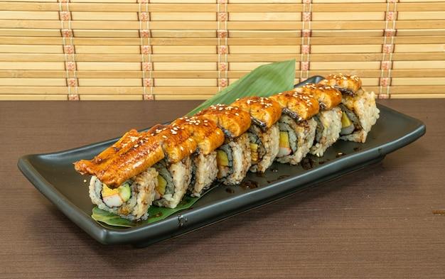 Ролл с угрем суши, японская еда