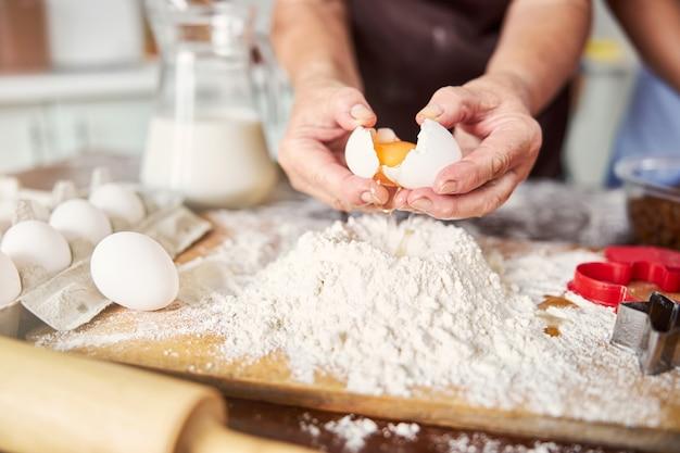 卵はほとんどすべての生地の必須成分です