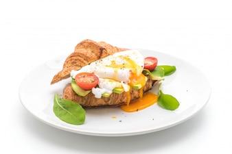 アボカド、トマト、サラダの卵ベネディクト、ヘルシーまたはビーガンフードスタイル