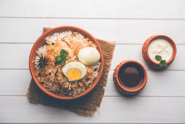 Яичный бирьяни - рис басмати, приготовленный с жареными яйцами масала и специями и подаваемый с йогуртом, выборочный фокус