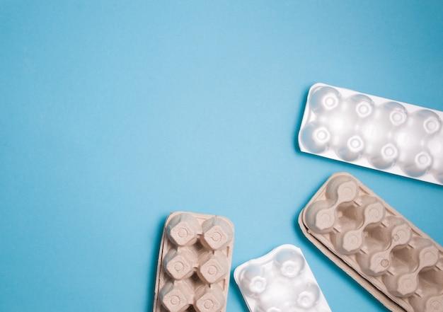 파란색 배경 평면도 복사 공간에 계란 상자