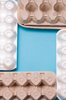 Ящики для яиц на синем фоне вид сверху копией пространства