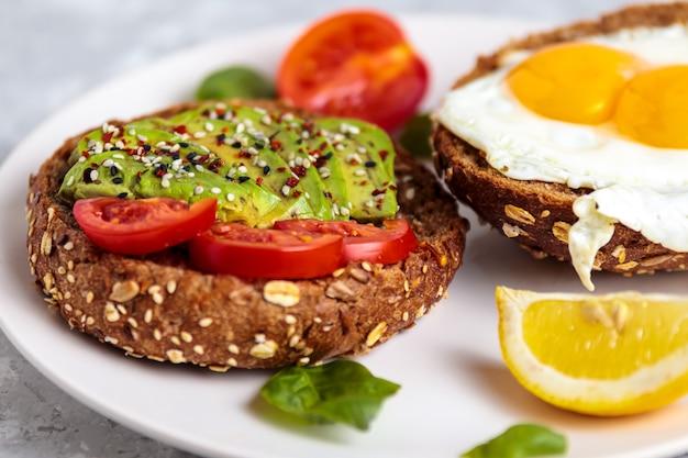 아보카도 토스트가 포함된 계란 아침식사 건강한 비건 스낵