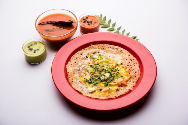 Egg dosa는 삼바와 처트니와 함께 제공되는 인기 있는 남인도 비채식 아침 식사 또는 식사입니다.
