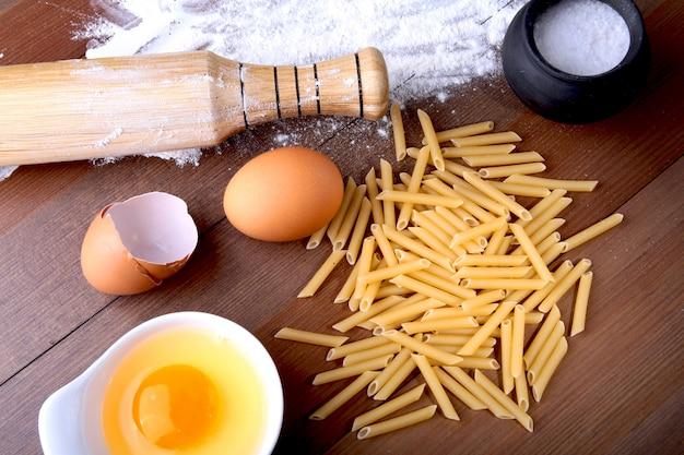 Яйцо, мука, соль, ингредиенты для пасты пенне болоньезе