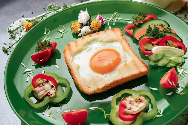 Яйцо в гренках, запеченное в форме цветка со свежими овощами