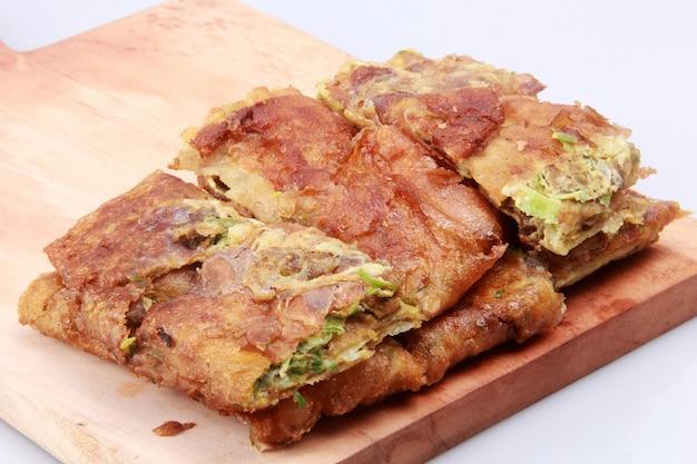 계란 martabak. 고기, 계란, 향신료와 함께 풍미있는 밀가루 음식