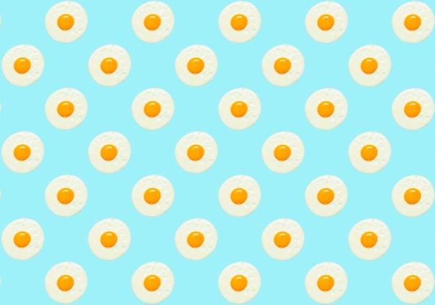 Яйцо минимальный фон жареное куриное яйцо на завтрак на синем фоне образца творческого ...
