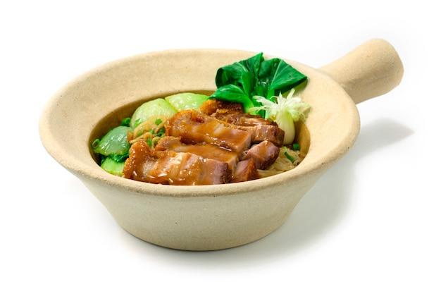 점토 냄비에 파삭 파삭 한 배 돼지 고기와 계란 국수 중국 음식 아시아 스타일 야채 청경채 측경 장식