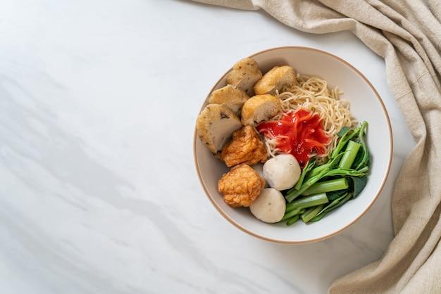 Яичная лапша с рыбными шариками и шариками из креветок в розовом соусе, yen ta four или yen ta fo - азиатский стиль еды