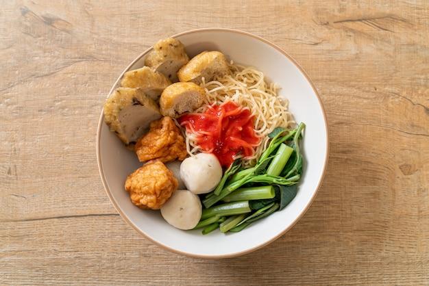 ピンクソースのフィッシュボールとエビのボールが入った卵麺、yen tafourまたはyentafo-アジア料理スタイル