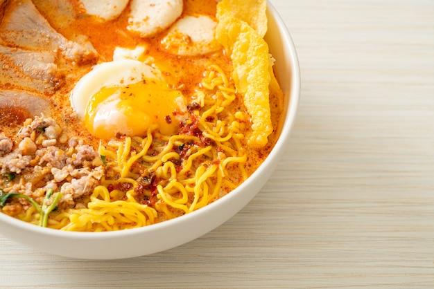 豚肉とミートボールのスパイシーなスープの卵麺またはアジアンスタイルのトムヤム麺