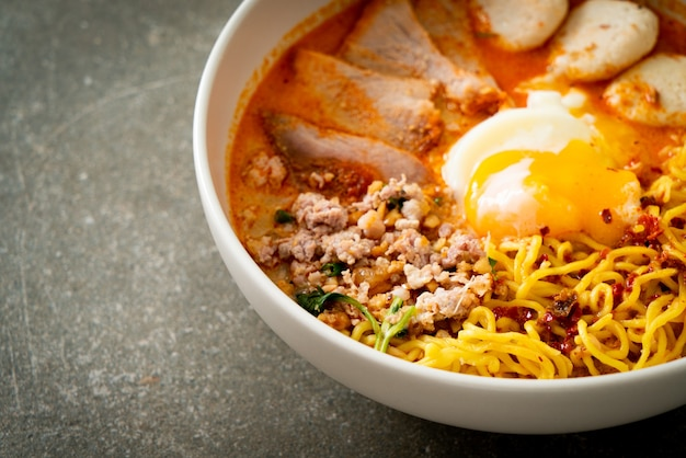 매운 수프에 돼지고기와 미트볼을 곁들인 계란 국수 또는 아시아 스타일의 톰 얌 국수
