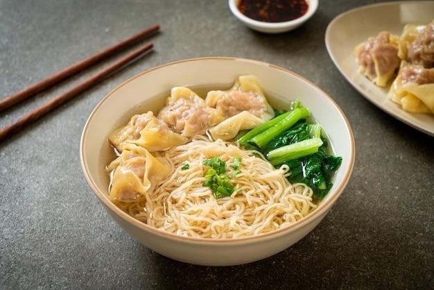 ポークワンタンスープまたはポーク餃子スープと野菜の卵麺-アジア料理スタイル