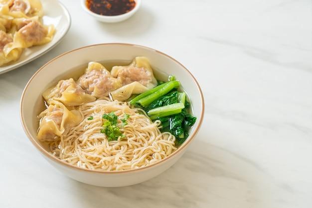 ポークウォントンスープまたはポーク餃子スープと野菜の卵麺-アジア料理スタイル