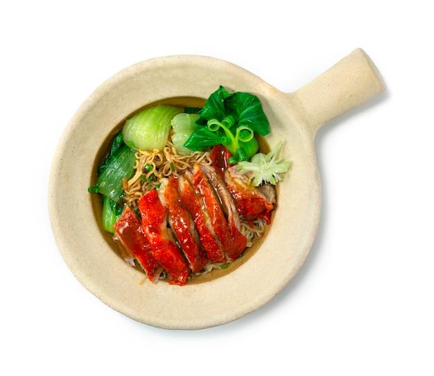 점토 냄비에 구운 오리와 계란 국수 중국 음식 아시아 스타일 장식 야채 청경채 topview