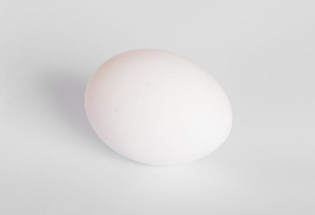 Яйцо на белом фоне