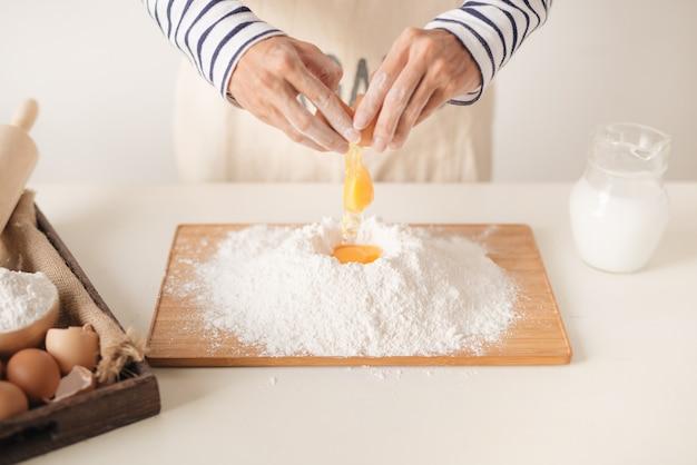 焼くときに卵を小麦粉に注ぐ