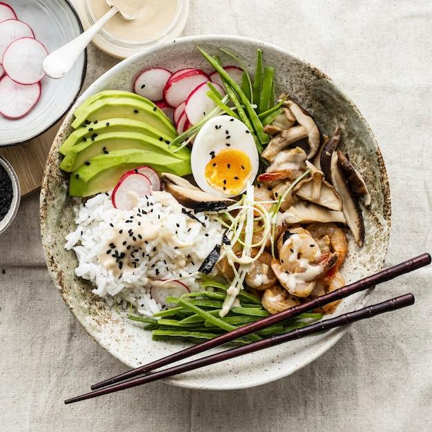 Uovo e gamberi serviti con salsa tahini in stile fotografico piatto