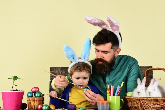 家族のための卵の驚きのおもちゃの幸せなイースターのアイデア