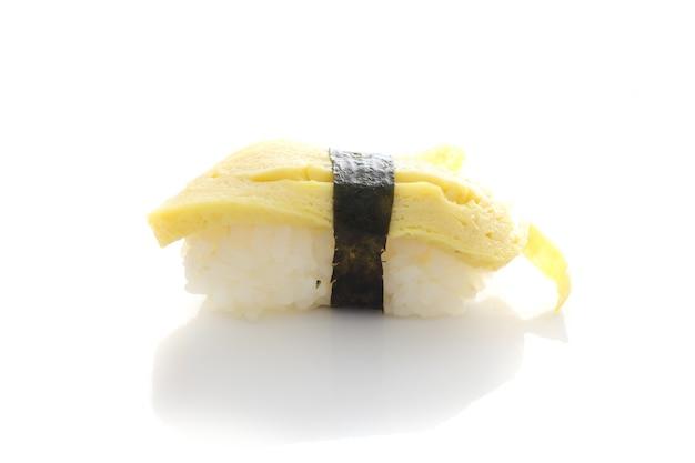 화이트에 고립 된 계란 초밥