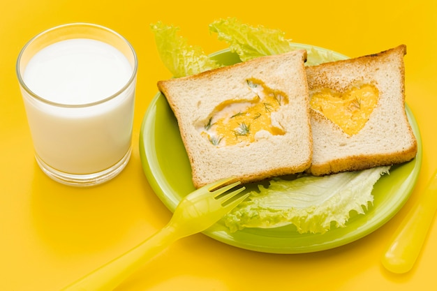 Toast di uova con insalata e latte