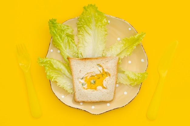 Яичный тост с салатом