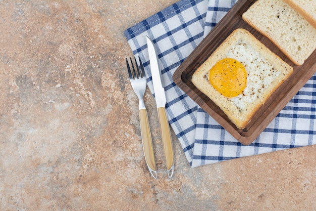 칼 붙이 나무 접시에 향신료와 달걀 토스트