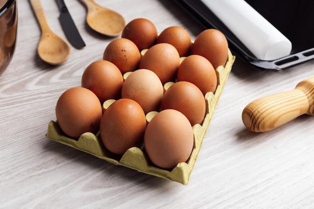 明るい色のテーブルの上の卵トレイ