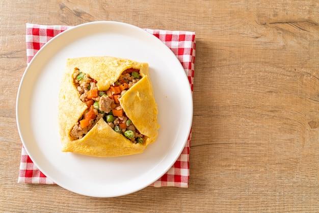Яичная пленка или фаршированные яйца с фаршем из свинины, моркови, помидора и зеленого горошка Premium Фотографии