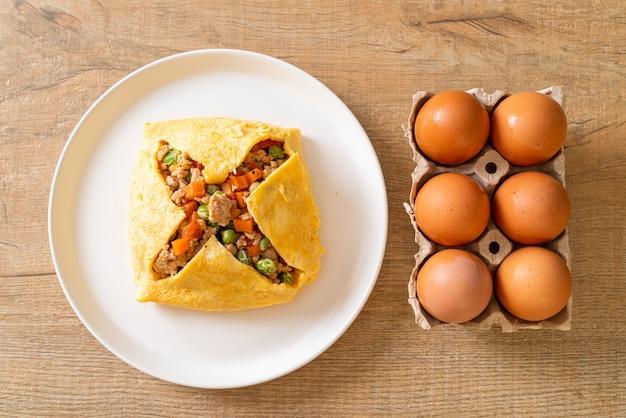 豚肉、にんじん、トマト、グリーンピースのみじん切りの卵ラップまたは詰め物