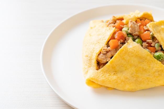 豚ひき肉、にんじん、トマト、グリーンピースの卵ラップまたは詰め物