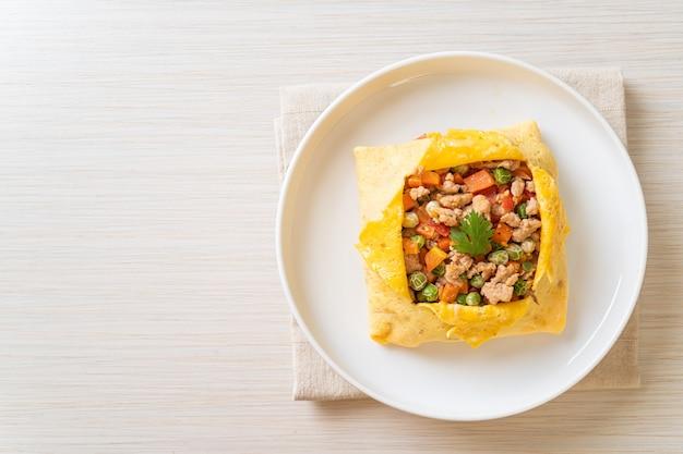 豚ひき肉、にんじん、トマト、グリーンピースを添えた卵ラップまたは卵の詰め物