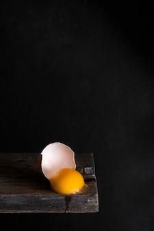 木の板に卵黄