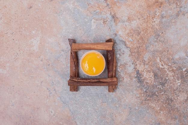 Tuorlo d'uovo con cinnamons su superficie di marmo.
