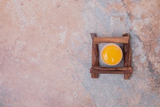 대리석 표면에 계피와 달걀 노른자.