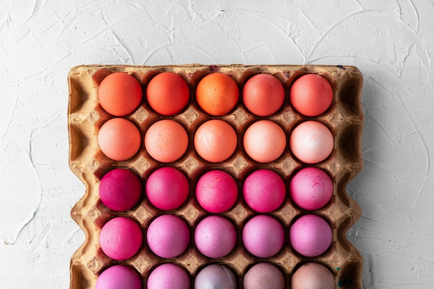 Eggboxのピンクの異なる色合いのいくつかのイースターエッグ