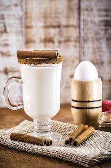 エッグノッグは、卵黄糖、ミルク、サワークリーム、ナツメグ、およびオプションでバーボン(ウイスキーの一種)、ラム酒、コニャックなどのアルコール飲料を含む暖かい冬の飲み物です。