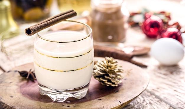 Эгг-ног или алкогольный гоголь-моголь - это алкогольный напиток, коктейль американского происхождения, который подают на рождественский ужин.