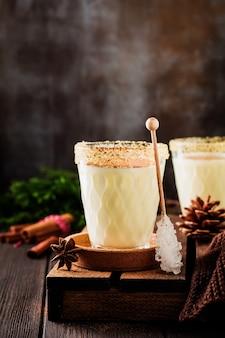 Eggnog традиционный рождественский напиток молочный коктейль с корицей