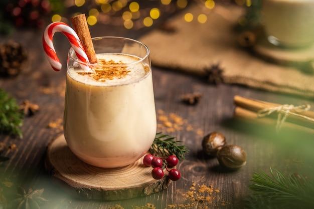 매운 계피를 곁들인 에그노그. 크리스마스와 겨울 휴가, 계피와 사탕수수를 곁들인 아늑한 칵테일, 강판에 간 육두구와 계피를 곁들인 전통 크리스마스 음료, 홈메이드 홀리데이 음료