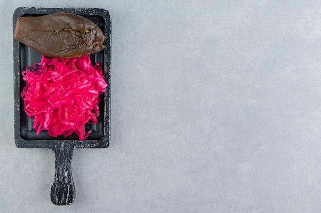 보드에 가지와 절인 붉은 양배추