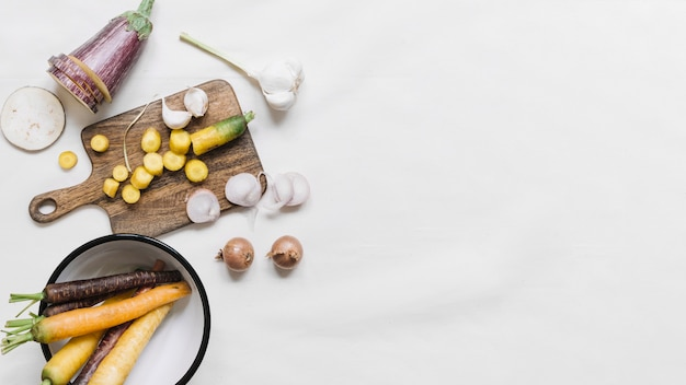 Баклажан; морковь; чеснок и лук на белом фоне