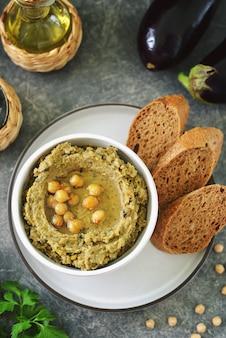 Хумус из баклажанов с оливковым маслом и хлебом