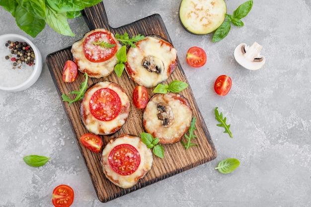 토마토 소스 모짜렐라 버섯과 신선한 바질을 곁들인 가지 피자 채식 요리