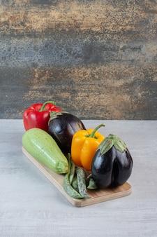 茄子、ピーマン、ズッキーニを木の板に。高品質の写真