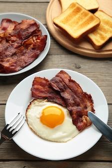 朝食に卵とベーコン。イングリッシュブレックファースト。