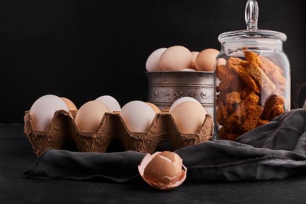 ガラスの瓶の中の卵とクラッカー。
