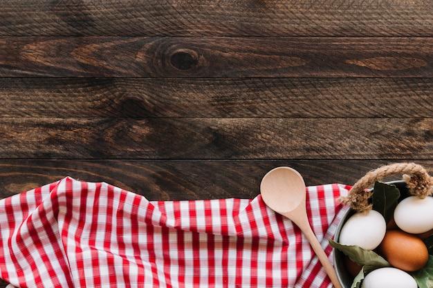 Яйца и ложка на салфетке