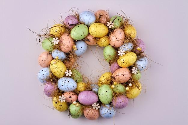 Круг яиц на белом фоне. вид сверху разноцветные куриные яйца.